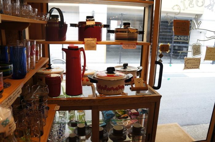 雑貨スペースが併設されているのも魅力。センスが光るキッチン用品や食器、小物が並びます。