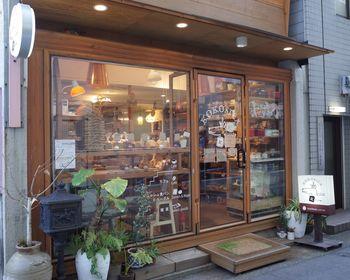 栄町通りの裏路地にある隠れ家的なベーカリー。カフェスペースもあり、ランチやお茶を楽しめます。