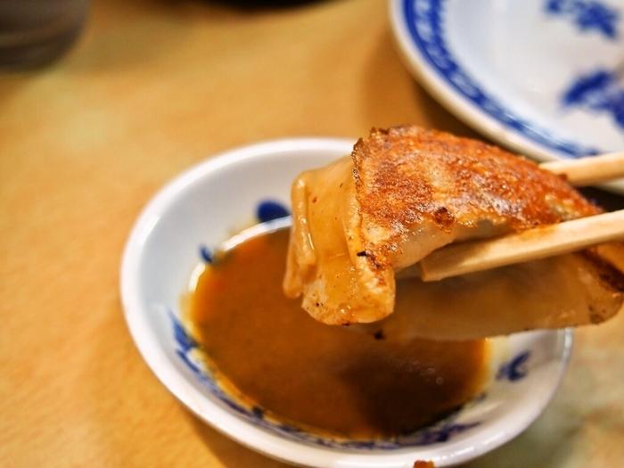 神戸では味噌ダレでぎょうざを頂くのが特徴ですが、こちらのお店もやはり味噌ダレ。豚ひき肉がたっぷり入った餡がジューシーです。生地は厚めで、表面はカリッと焼き上げられているのに食感はもちもち!