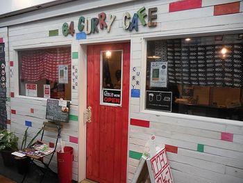 ポップな外観が目を引くカレー専門のカフェ。オーナーは「No Curry,No Life!」と掲げるほどカレーが大好きでこのお店を始めたのだそう。