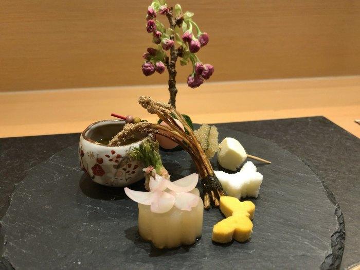 2014年にオープンし、翌年にはミシュラン一つ星を獲得。素材や味付けだけでなく盛り付けにもこだわっていて、一皿一皿におもてなしの心を感じることができます。 こちらは春をイメージした八寸。目でも舌でも楽しめる、美しい日本料理です。