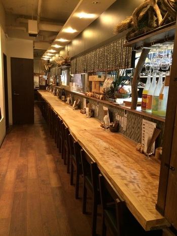 中華街のすぐ北にある、鶏と野菜にこだわった居酒屋さん。店内は木の温もりがありつつ、格子柄の壁がすっきりとモダンな印象です。落ち着いた雰囲気のテーブル席もあります。