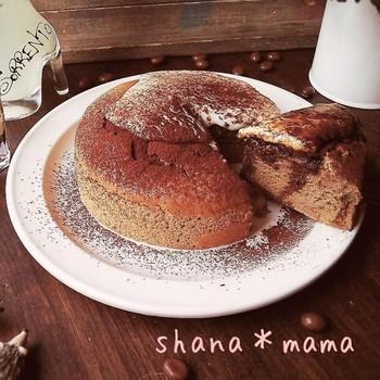 インスタントコーヒーを使ったティラミススフレパンケーキ。生クリームなしのティラミスクリームであっさりと仕上げていますので、朝食にもぴったり。