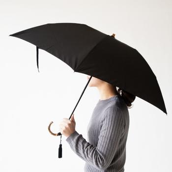 こちらのベーシックスタイルが美しい折りたたみ傘は、昭和13年創業のかさ工房WAKAOのものです。傘の生地にはポリエステル長繊維「富士絹」を使っています。どんなシーンにも対応できる黒い傘こそ、シンプルで上質なものを選びたいですよね。