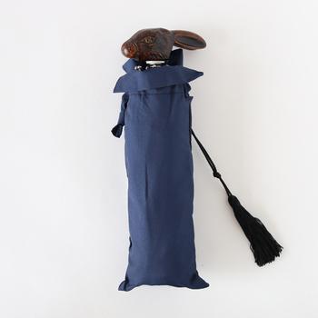 フランスのGuy de jean(ギ ドゥ ジャン)の折りたたみ傘は、柄がキュートなうさぎさんになっています。木彫りのような質感ですが、実は樹脂で作られているので、軽やかに持つことができるんですよ。