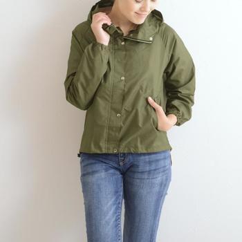 レイングッズブランド「w.p.c」のレインジャケットは、マットなテイストで雨の日だけではなく、毎日のアウターとしても活躍してくれる便利な一着です。短め丈で、パンツにもスカートにも合わせやすいんですよ。