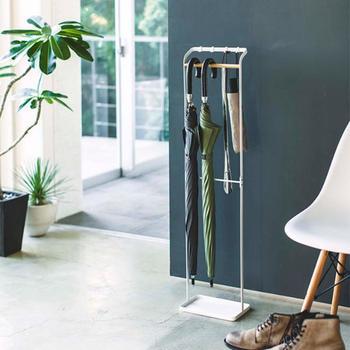 ちょっぴり珍しい引っかけるタイプのアンブレラスタンドです。さっとかけやすく、持ち出すときもワンアクションでできますね。普段から、玄関に出しておいて、よく使う靴ベラや折り畳み傘を収納しておくのも素敵です。