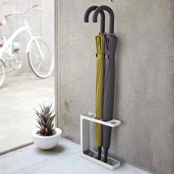 ミニマルでエレガントなスタイルの傘立てです。とてもスリムなので、玄関先を広く使えます。丈夫なスチール製で、錆にも強いのは嬉しいですね。