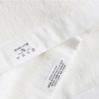 ぎっしりと詰まったオーガニックコットンのバスマット。無垢なホワイトは、バスルームの印象も清潔にしてくれます。