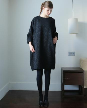 黒のタイツと合わせると、足をとても綺麗に見せてくれます。膝丈のスカートを履いて足のシルエットを見せるのがおすすめ。