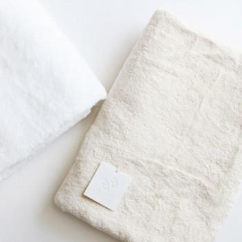 大量生産ではなかなか出会えない特別な手触りのタオルやバスマット。ひとつひとつ丁寧に作られたことが伝わる、素材にとことんこだわったアイテムを集めました。
