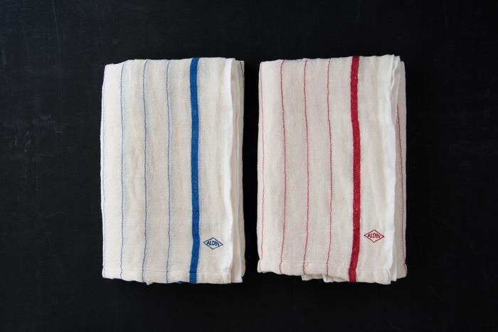 山梨県の「ALDIN(アルディン)」がつくるガーゼのバスタオルは、もともとやわらかな肌触りですが使い込むことでもっと柔らかくなります。原材料にもこだわった、職人技が光るアイテムです。