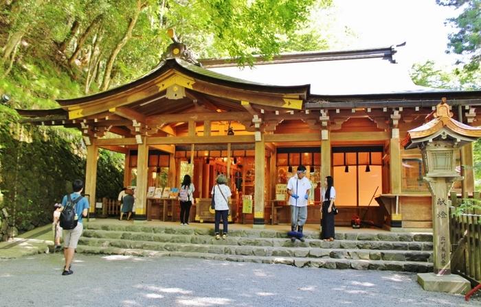 また、日本有数のパワースポットとしても有名で、平日でも多くの参拝客が訪れています。