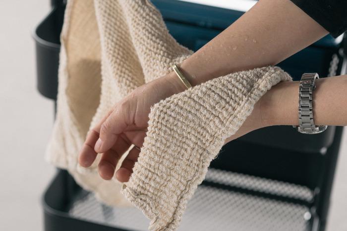 木から取れた繊維とリネン で作られた「KINOF(キノフ)」のタオルは、リネンに近いさらりとした触り心地。洗って繊維が縮まることで空気を含み、さらにやわらかな触り心地になります。