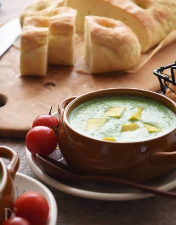 ■小松菜とさつまいものスープ さつまいもの優しい甘さが際立つ「食べるスープ」です。調理時間がわずか10分なので、忙しい朝にもおすすめです。
