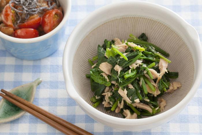 野菜ではホウレン草や小松菜、海藻ではひじきが鉄分が豊富。これら植物性食品に含まれる鉄分は体に吸収されにくい性質がありますが、乳製品や卵などの動物性たんぱく質とビタミンCと一緒に摂ることで体内への吸収率がアップします。