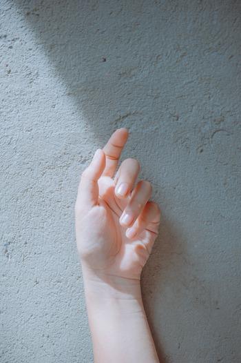 鉄不足かどうかを判断する時、爪を見ることがよくあります。白っぽかったり、割れや反り返りがあると、鉄が足りない証拠です。