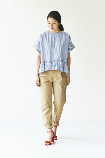 シャツコーデの印象が強いブルーストライプも、今年はゆるっと着こなしましょう!Tシャツ型のブラウスならカジュアル感ときちんと感を両立できますね。