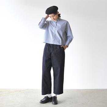 今までシャツというと、ぴったりしたオーソドックスなものかてろんとした抜き襟のものが主流でした。そんな中、新しいシルエットを提案しているのがこちらのアイテム。大きめのサイズ感、短めの丈と、最近のカジュアルトレンドを押さえたデザインになっています。ブルーストライプでより爽やかですね。