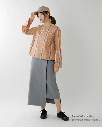 グレーなどを多く使った都会派スポーティスタイルは、クールでかっこいいですがマンネリしがち。今年流行のカラフルチェックを取り入れて新しい着こなしになっています。