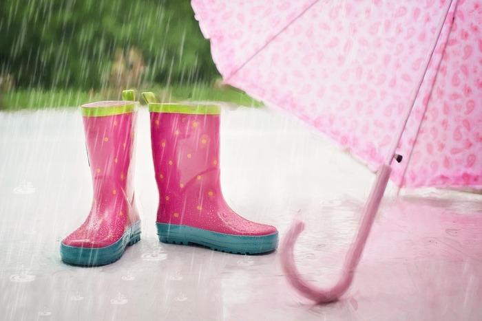 みなさんはどんな「雨の音」が好きですか?  弾ける音、遠くのほうから聞こえる静かな音、リズムを奏でる歌声のような音…、いろいろな音が浮かんでくるのではないでしょうか。  雨音にはリズムや強弱があるだけでなく、聞く場所や時間によっても異なる音を聞かせてくれて本当に奥が深いです。もしお外からも絵本からも心地いい雨の音が聞こえてきたら、これまでにない雨の1日を楽しむことができるかもしれませんね。今回は、どこからともなく素敵な雨音が聞こえてきそうな創造性豊かな絵本たちをご紹介します。雨の日のお供にいかがでしょうか。