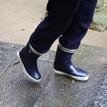フィンランドのNOKIAN FOOTWEAR(ノキアン・フットウェア)のレインブーツはヘルシンキではとてもベーシックで、人気の長靴です。ヒール部分がわずかに高くなっており、歩きやすく、疲れにくい工夫がされているんです。丸洗いもできるので、清潔も保ちやすいですね。