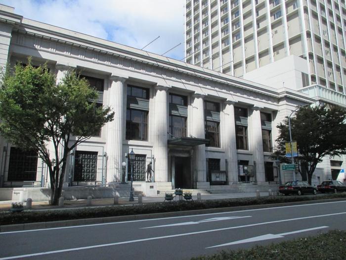 神戸市立博物館やKOBEとんぼ玉ミュージアム、神戸らんぷミュージアムなど、博物館が多いのもこのエリア。特に神戸市立博物館の建物は、1935年に建てられて昭和の名建築と称されているので、建物の外観だけでも見もの。ドリス様式の円柱が特徴で、国の登録有形文化財となっています。