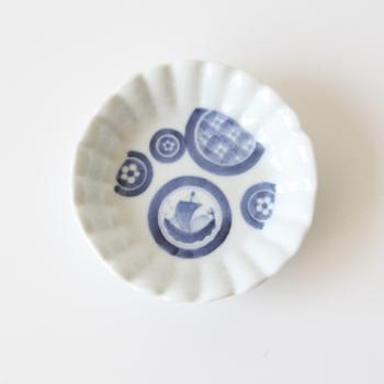 洗練された有田焼の模様が美しい「李荘窯(りそうがま)」の豆皿。細かく美しい線と、淡い青の色合いが上質な雰囲気を生み出します。日本のお料理と合わせて使いたいデザインですね。