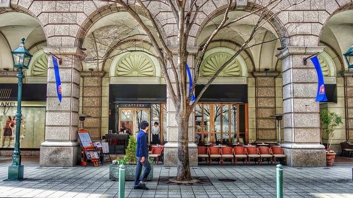 神戸開港時に外国人居留地とされていたのが、旧居留地。JR・阪神元町駅の南東に位置するエリアです。当時は東洋で最も美しい居留地と称されていました。 ここには銀行や大使館などが建てられ、そこで働く人達が住んでいたのが異人館が残る山手の北野なんです。北野同様、レトロな建物がいくつも残っています。