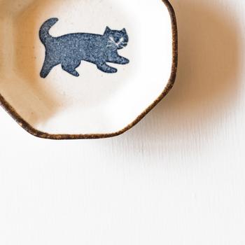 仕事も家事も、たくさんのやらなければいけないことに追われてほっとする間もない……。そんな毎日を頑張るあなたには、使う人にそっと寄り添ってくれる、かとうようこさんの豆皿がおすすめです。可愛いネコの豆皿は見ているだけで癒されます。