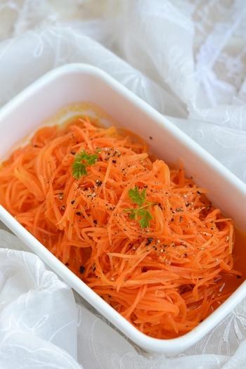 常備菜として日持ちもする「キャロット・ラペ」。爽やかな酸味とオリーブオイルの風味が美味しく、優しい味付けなので、どのような料理に添えても相性抜群です。見栄えも鮮やかになりますよ。