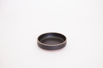 波佐見焼の伝統的な技術と現代のコンセプトを組み合わせ生まれた「HASAMI PORCELAIN(ハサミポーセリン)」。マットな質感が追加されるだけで、ちょっとしたおつまみやお醤油皿などとして使っても食卓に彩りがプラスされます。
