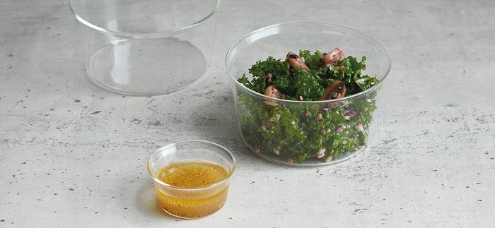 シンプルなフォルムと手軽さが両立した「KINTO(キントー)」の耐熱ガラス製カップは、ドレッシングや少量の温めたおかずにぴったり。素材の色が全ての角度から見られるので、彩りのある料理や食材に使うと食卓に映えますよ。