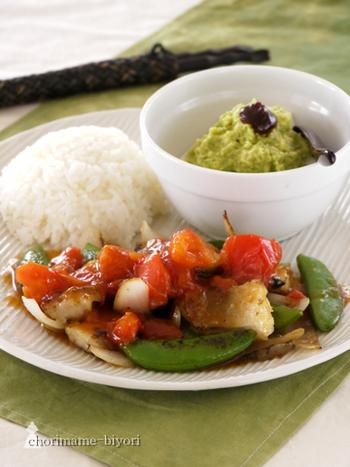 赤魚と野菜のトマト黒酢あんかけと豆腐のアボカドユッケの中華風ワンプレート。狭いスペースでも栄養たっぷりごはんが食べられるのがワンプレートのいいところですね。見た目もとてもおしゃれ。