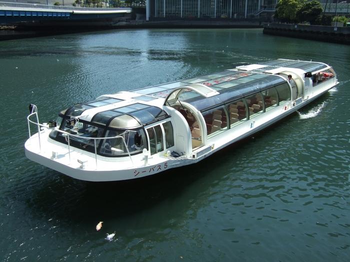 魅力的なエリアが広範囲に点在する「横浜」。1日のうちに、あちらこちらのスポットを巡りたいときにオススメしたい移動手段が「シーバス(水上バス)」です。