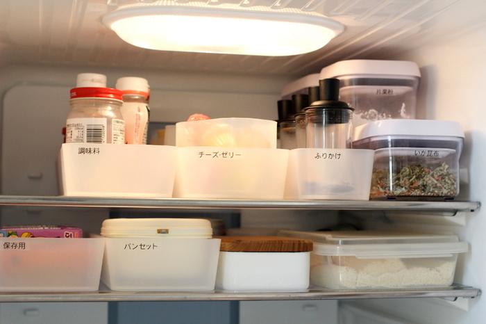 ポリプロピレン整理ボックスに食材を仕分けて、取り出しやすい冷蔵庫にしています。ボックスごと出せば奥のものも楽に取ることができます。ラベリングで何が入っているのかわかりやすくするのもポイント。