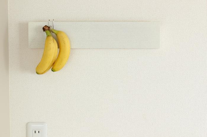 バナナを吊るしたい時には横ブレしにくいフックが便利です。安定感抜群なので、重たいバナナもしっかり引っかけられます。フックならバナナが無くなった時は外せばいいので、バナナスタンドよりも邪魔にならなくて◎