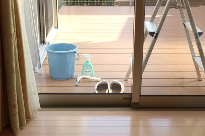 窓や網戸は外側の汚れを先に落としておくと、内側の小さな汚れも見えやすくなります。そのため、掃除の順番は外側→内側がおすすめです。