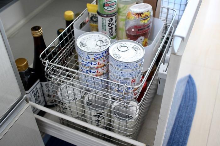 シンク下の引き出しは深いタイプが多いのではないでしょうか。たっぷり収納できますが、整理しづらいのが難点。そんな時は、ワイヤーバスケットを重ねることでスッキリと収納できます。上の段に使用頻度が高いものを入れておくと使いやすくて便利です。また何が入っているのか一目瞭然なので、食品の在庫管理もしやすくなり◎