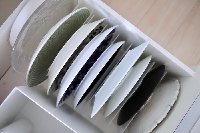 食器棚の引き出しにスチロール仕切りスタンドを使って大皿の収納にするアイデアです。1枚1枚立ててしまうことで大きくて重たいお皿も取り出しやすくなります。一目でどこにどのお皿があるのかわかるのもポイント。