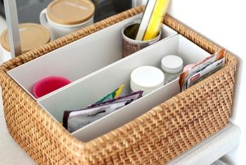 ラタンバスケットの中にファイルボックス1/2サイズがぴったり入っています。細かな薬を仕分けるのに便利。キッチンカウンターの上に置けば、家族みんなが楽に取り出せますね。