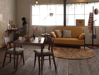 ファブリックで彩りを添えたお部屋。パッと明るいマスタードイエローのソファを主役に、他の家具は落ち着いた色味で揃えています。壁面から床まで全体的にくすんだトーンが、大人っぽさも感じさせます。