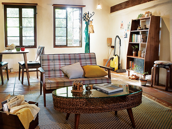 ファブリックや雑貨など所々に彩りを散りばめた晴れやかな空間。可愛らしいチェック柄ソファにときめきますね。ガラストップのテーブルが、少しモダンな雰囲気も漂わせています。