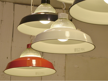 大きな家具以外にも、忘れずにチェックして欲しいのがレトロ照明。つるんとしたスチール製や、乳白色のミルクガラスの照明などが、やわらかな雰囲気でレトロ×ナチュラル空間にぴったりです。