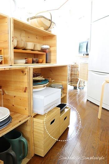 棚に入れた竹材長方形ボックスに食器を収納しています。使用頻度が低い食器などにおすすめの方法。中身が見えず、ナチュラルな雰囲気を演出できるのもポイント。