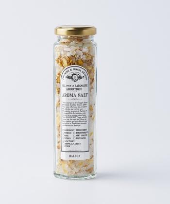 ドライハーブやアロマを世界中からセレクトした「BALLON(バロン)」のバスソルトは、花びらを散りばめた乙女心をくすぐるデザイン。ナチュラルな草花の香りで癒しのバスタイムを演出してくれます。