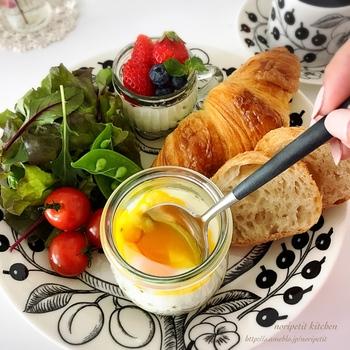 朝食はパン食やごはん食を交互に食べられたら理想ですね。クロワッサンをカットして断面を見せるだけでもおしゃれ感がアップします。様々なおかずやデザートは別の器に盛りつけてプレートに乗せるとプレートが華やぎます。卵料理を普段とは違った調理法にチャレンジしてみましょう。このレシピで紹介されている「エッグスラット」は簡単でおしゃれに仕上がりますよ。
