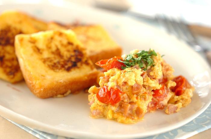 こちらは、慌ただしい朝におすすめの一つのフライパンで2つの料理が完成するレシピです。ミニトマトも卵と一緒に炒めてスクランブルエッグに混ぜ込むとカラフルになります。トッピングにドライバジルなど緑色を添えましょう。フレンチトーストも食パンを4等分の四角形にカットして使いましょう。盛り付ける時は、斜めに重なるようにすると焼き目が美味しそうに見えますよ。