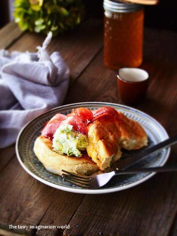 甘さ控えめのスフレパンケーキは、ベーコンなどをのせてお食事用としても楽しめます。ベーコンとはちみつの甘じょっぱい組み合わせは、くせになりそうなおいしさ。