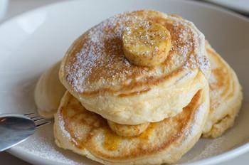 人気のコッタチーズパンケーキは、3枚重ねでボリューム満点。フレッシュバナナとハニーコームバター付きです。セレブにも愛される上質なおいしさをゆったりと堪能してみませんか?